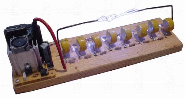 马克思发生器 它由555时基集成电路和高压晶体管构造而成,驱动一个电视机用的高压包,产生12kV~20kV的高压。  换成自制的高压发生器以后,整个体积就袖珍下来了,可以全部装配在一块小木板上。需要注意的是高压晶体管容易发热,需要配块大点的散热片,最好还装个小小的散热风扇。这款高压发生器可以拉出10厘米长的电弧,