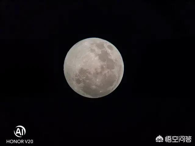 杠上了,元宵节月亮很忙,小米9、荣耀V20、华为P30pro都来拍月亮。 首先祝大家元宵节快乐,虽然祝福来的晚了一些。 记得雷军王源尬聊时候,王源问了雷军可以拍月亮吗? 今天雷军给出正式回应,小米9支持随手拍月亮! 雷军刚说完随手拍月亮,绝对是手机拍照的难题,附上了小米9的样张,称小米9在拍照科技上有一些突破。