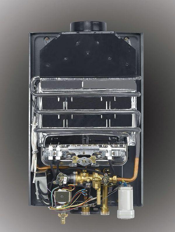 一 燃气热水器电磁阀更换方法与步骤: 1将燃气热水器电源切断、水源关闭、气源关闭、拆下排烟管、取出电池。  2. 将燃气热水器固定在墙壁上的螺丝扭松拆下燃气热水器。 3. 将热水器放在桌子上,并用螺丝批拆下燃气热水的外壳显露出内部配件。  4. 将电磁阀的三线插头拨下来,用长柄螺丝批将电磁阀上的两个紧固螺丝扭下来,之所以用长柄螺丝批是因为这两个螺丝出厂的时候扭的非常紧,而且靠近内侧用长柄螺丝批相当于增加了扭力且扭起来方便。  5.