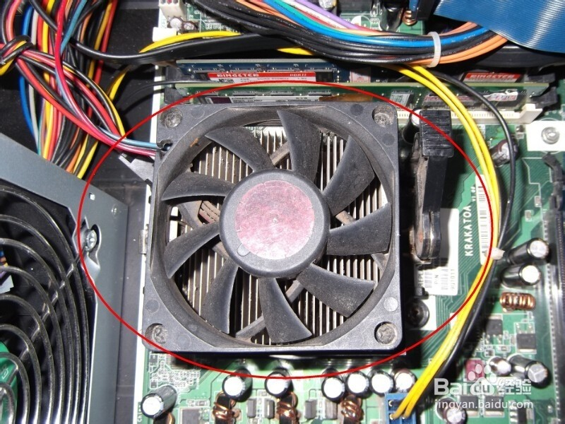 1.首先拔掉主机后面所有的线路,然后拧开旁边的两个大螺丝,打开机箱后盖;  2.拆内存,用力搬开内存条两头的卡锁,往上使劲拔出内存条;   3.拆硬盘,拔掉硬盘的两个线头,拧开固定硬盘的螺丝即可;   4.拆显卡,拔掉右下角的卡锁,拧开螺丝,往上用力就拿出来了   5.拆CPU,如图所示的是CPU风扇,我们拧开固定风扇的几个角,拿掉风扇   6.