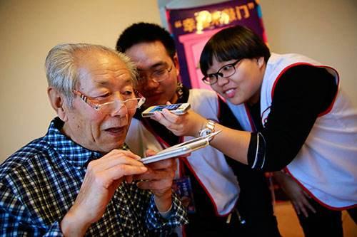 教爷爷奶奶使用智能手机是一种怎样的感受?