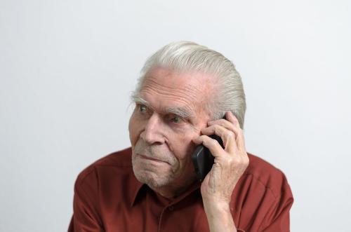老人手机别人打电话就自动关机怎么处理?