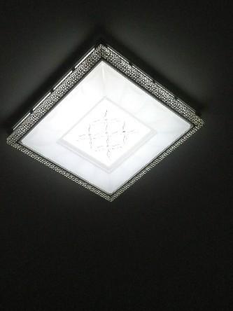 房间顶灯有滋滋声,怎么回事?有什么办法解决?