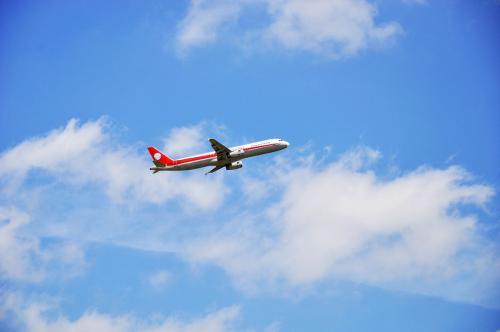 在飞机起飞和降落时开了飞行方式还要关机吗?