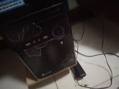 我的电脑主机被我弟弟撞了一下,然后。唉,就是显示屏就摁那...