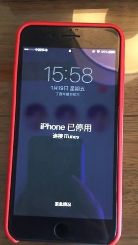 苹果手机被熊孩子按锁屏,显示手机停用连接itunes.怎么一回...