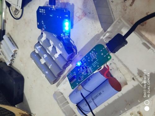 我的罗马仕充电宝充电时就第一个灯一直闪,充啦一夜还是就一个灯闪,这是怎么回事