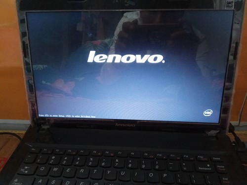 我的联想电脑开机的时候为什么只显示lenovo,左下角一行英语...